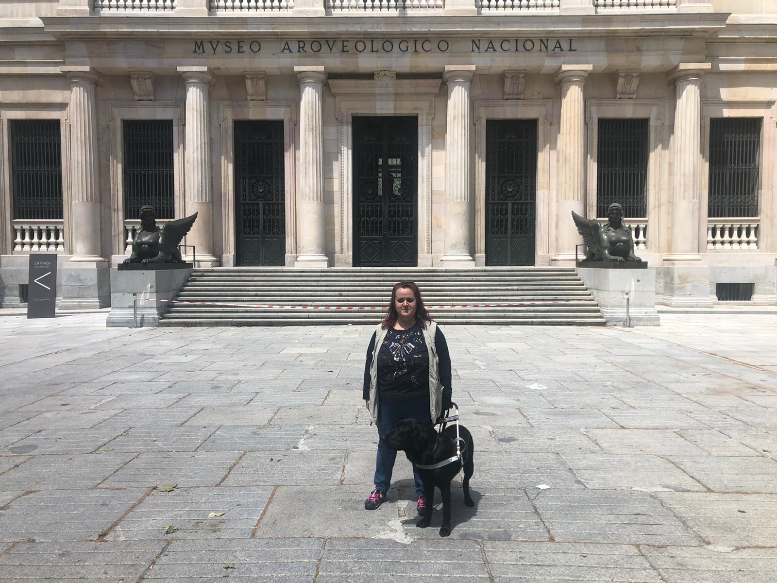 Goleta y yo dentro de los jardines del museo arqueológico