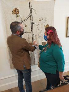Carlos villoslada, el pintor, mostrando a Salvi su obra.